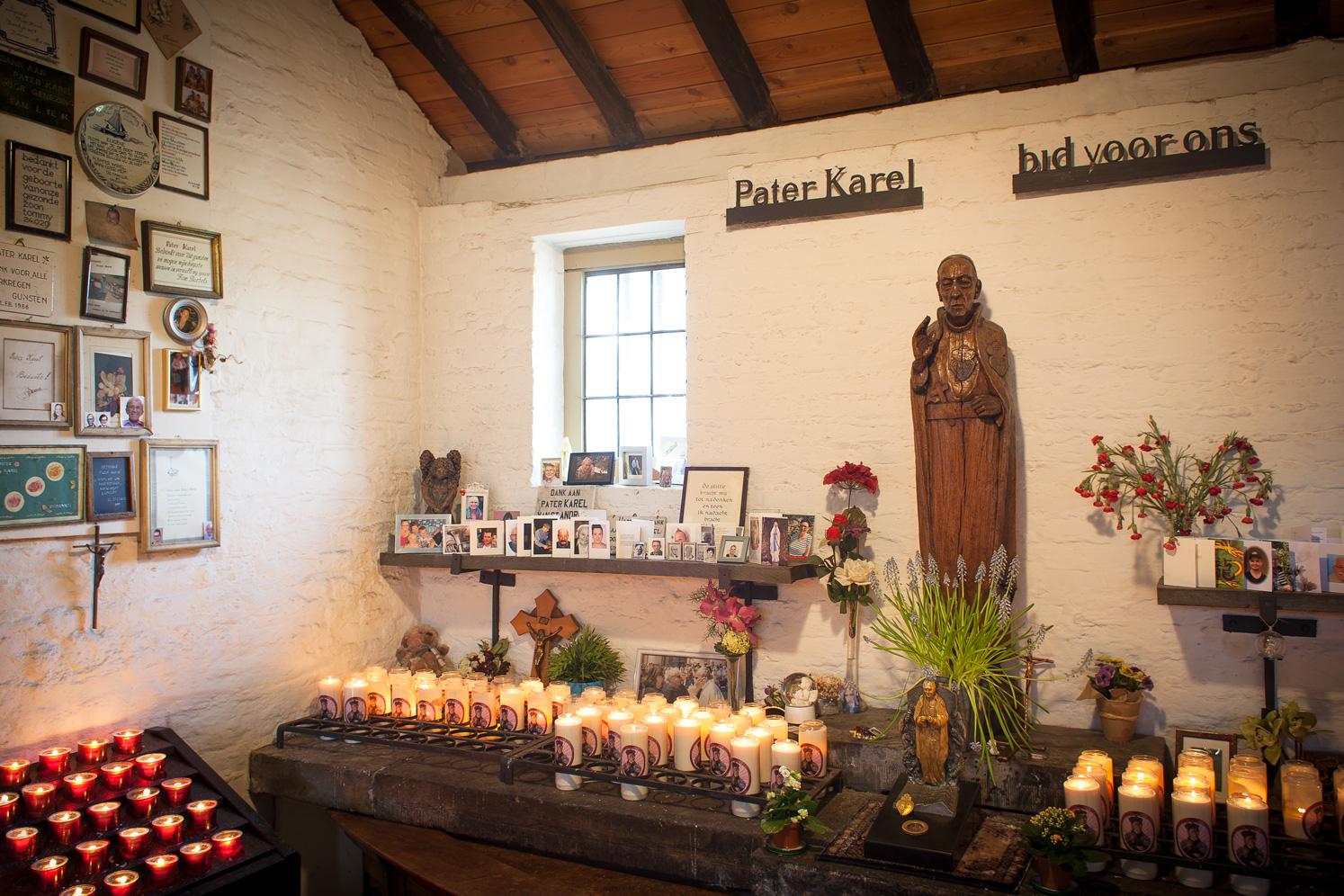 Karel Kapel met een houten beeld van Pater Karel